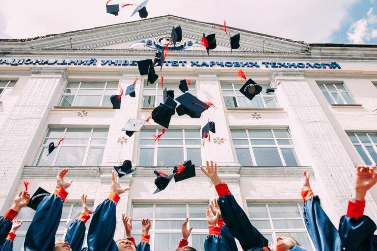 卒業ムービーを制作する前に!ムービー構成や、おすすめ卒業ソングをご紹介